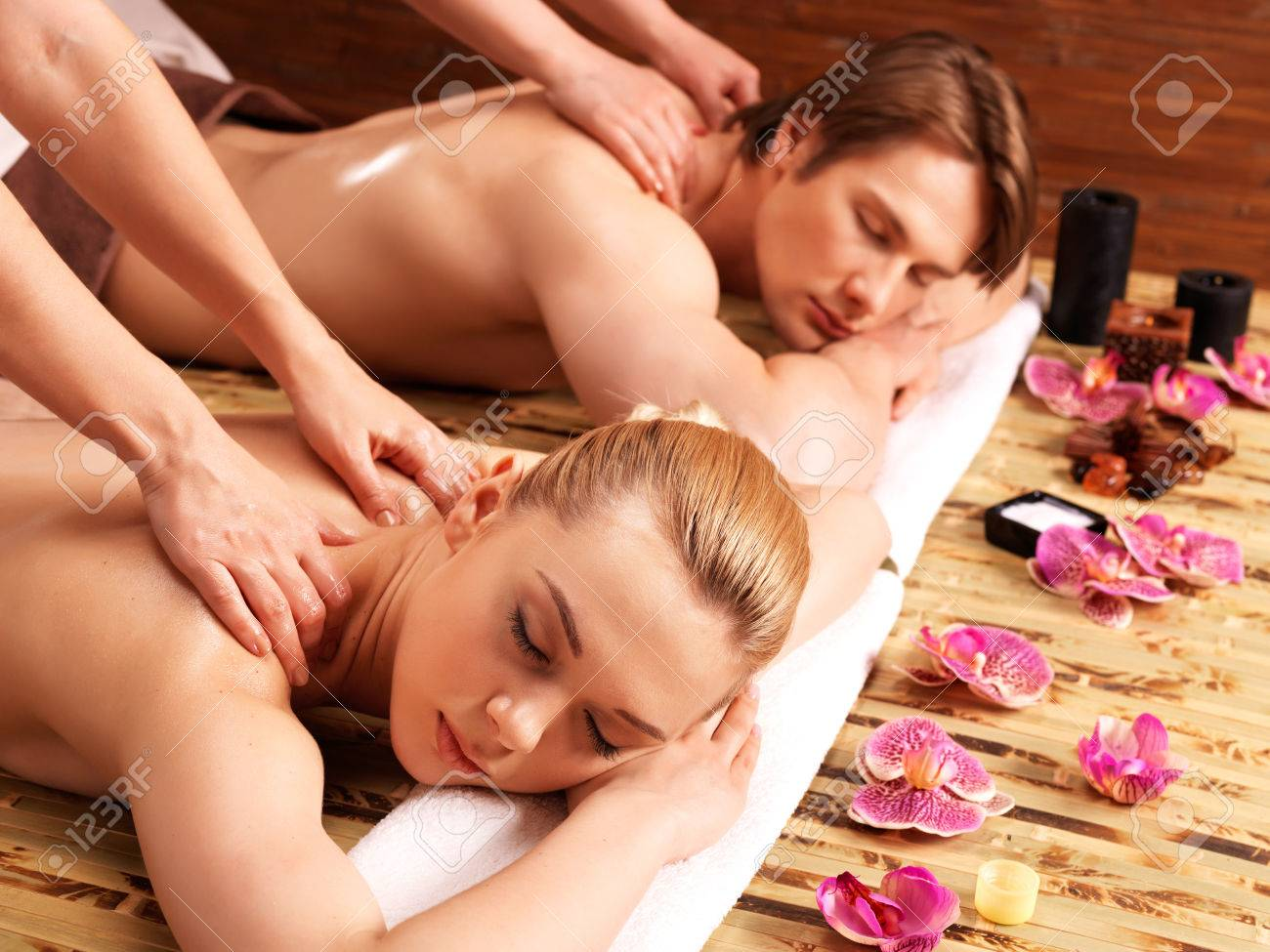 Attractive couple allongé dans un salon de spa bénéficiant d'un tissu profond massage du dos ensemble. Banque d'images - 46590774