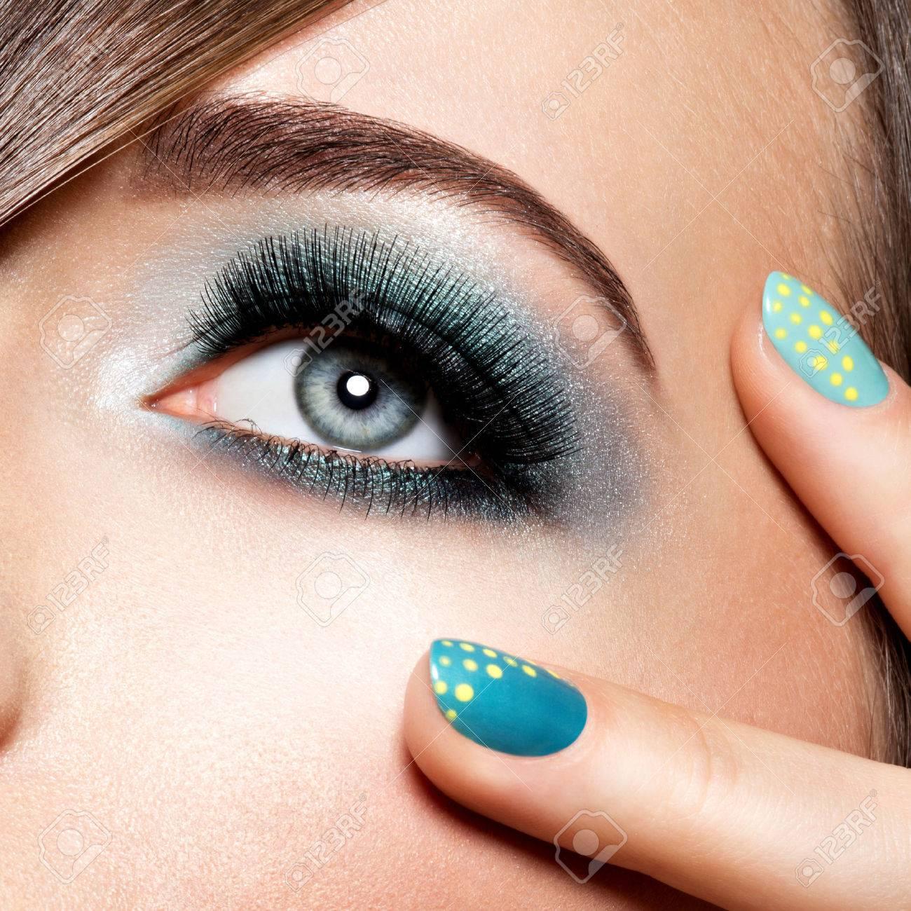 woman's eye with turquoise makeup. Long false eyelashes. macro shot Banque d'images - 53557266