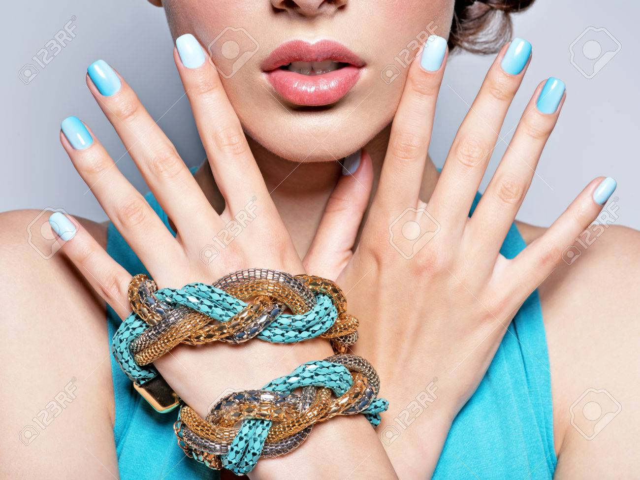 woman hands nails manicure fashion blue jewelry. Female hands with blue fingernails Banque d'images - 54077856