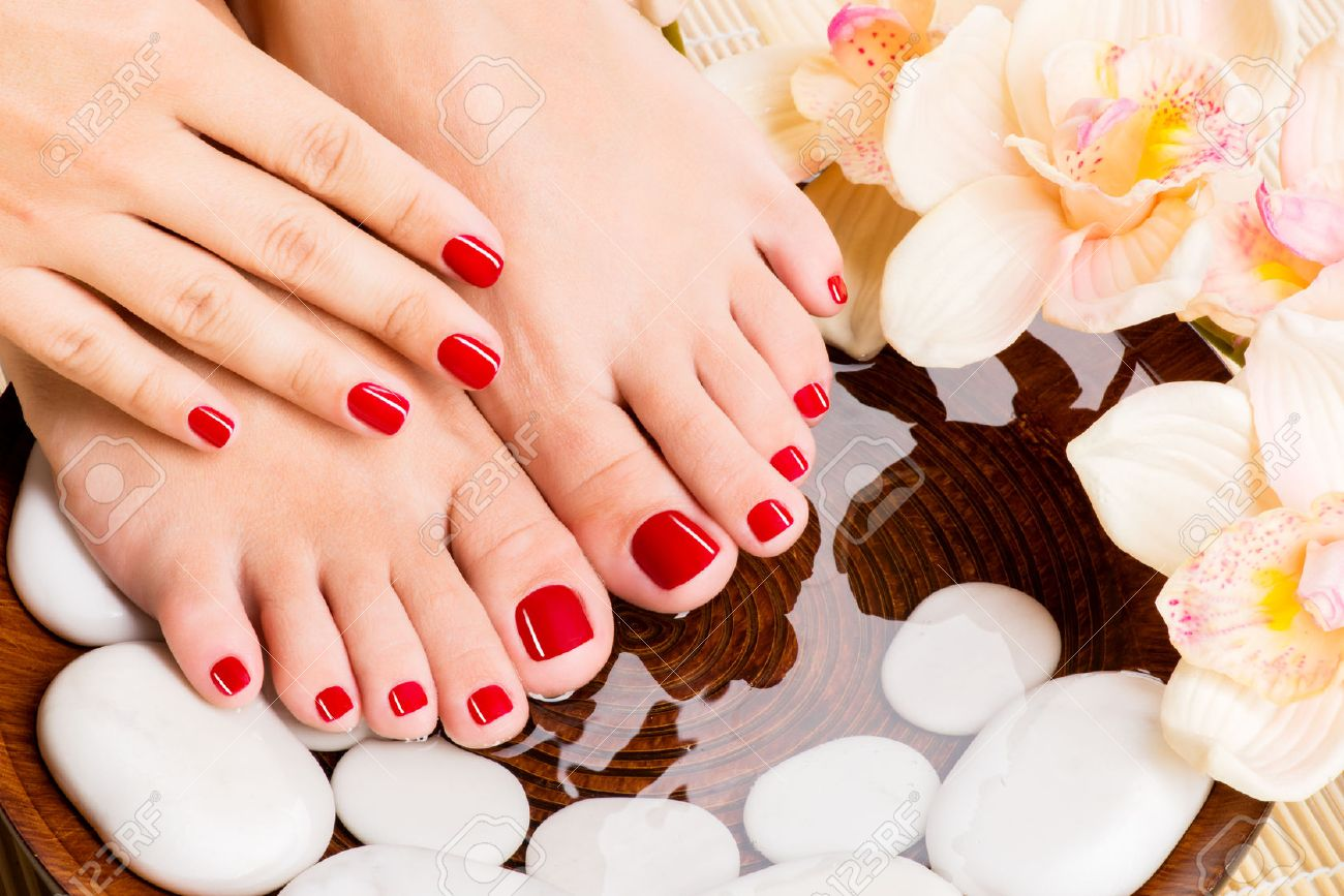 Closeup photo of a beautiful female feet at spa salon on pedicure procedure Banque d'images - 53558744