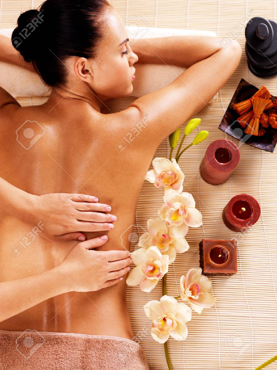 Masseur doing massage on woman back in the spa salon Banque d'images - 53559298