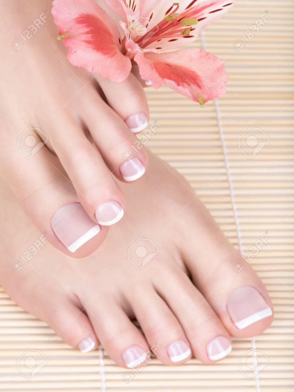 爪に白いフランス ペディキュアと女性の足のクローズ アップ写真 スパ