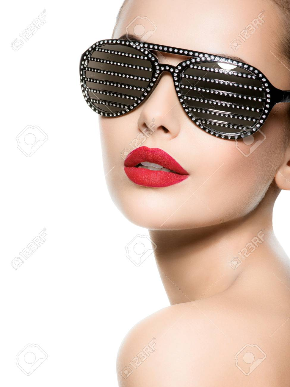 Fashion portrait of  woman wearing black sunglasses with diamonds and red lips Banque d'images - 54184065