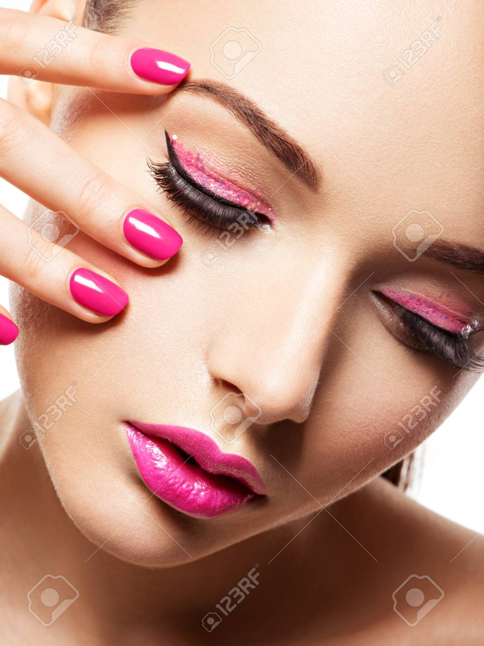 Close-up Gesicht Von Einem Schönen Mädchen Mit Rosa Augen Make-up ...
