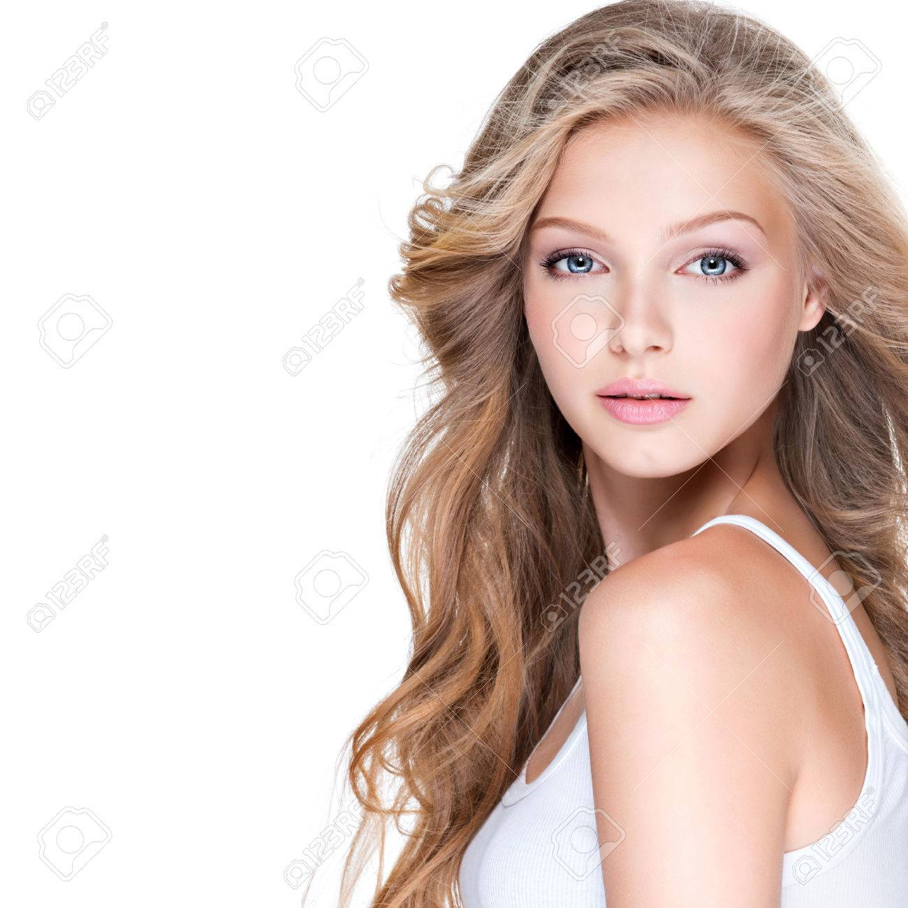 Beautiful young woman with long curly hair over white background. Banque d'images - 63182900