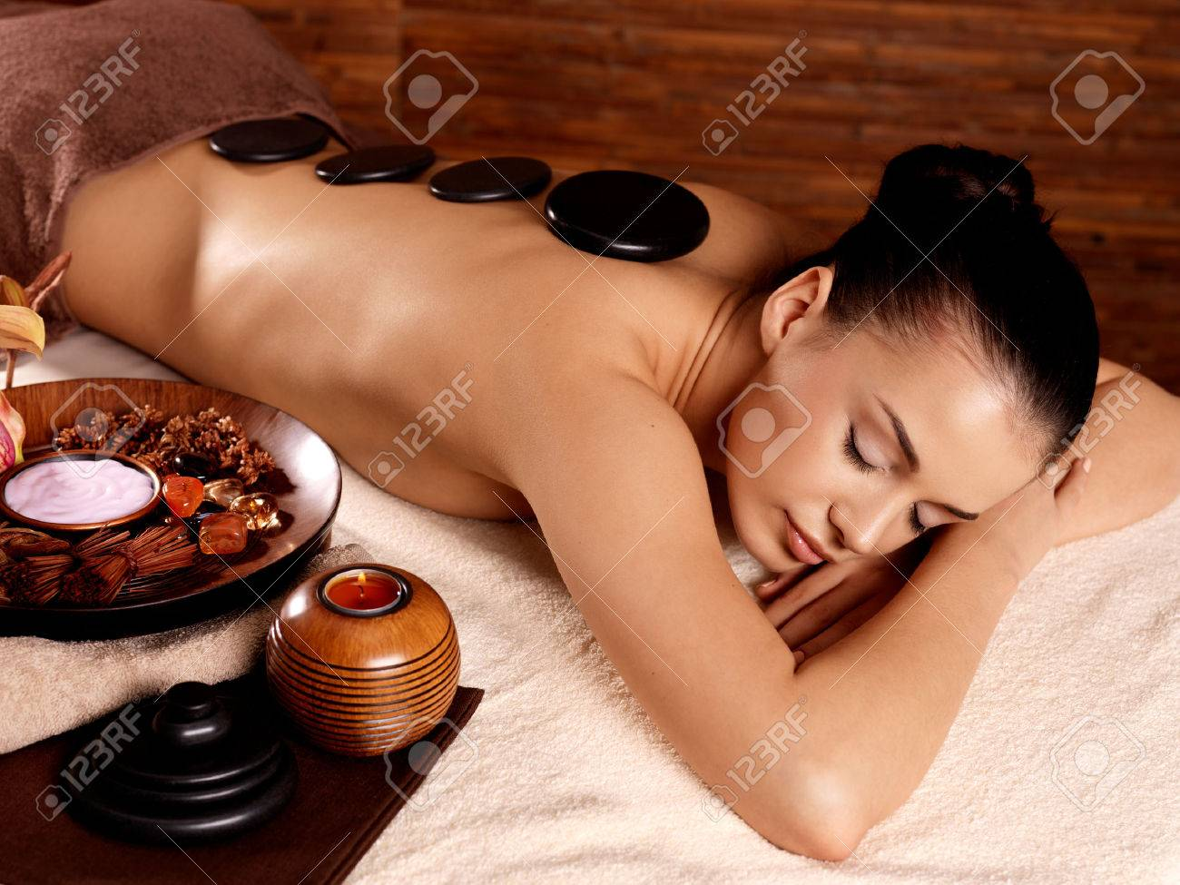 Young woman having stone massage in spa salon. Healthy lifestyle. Banque d'images - 62833671