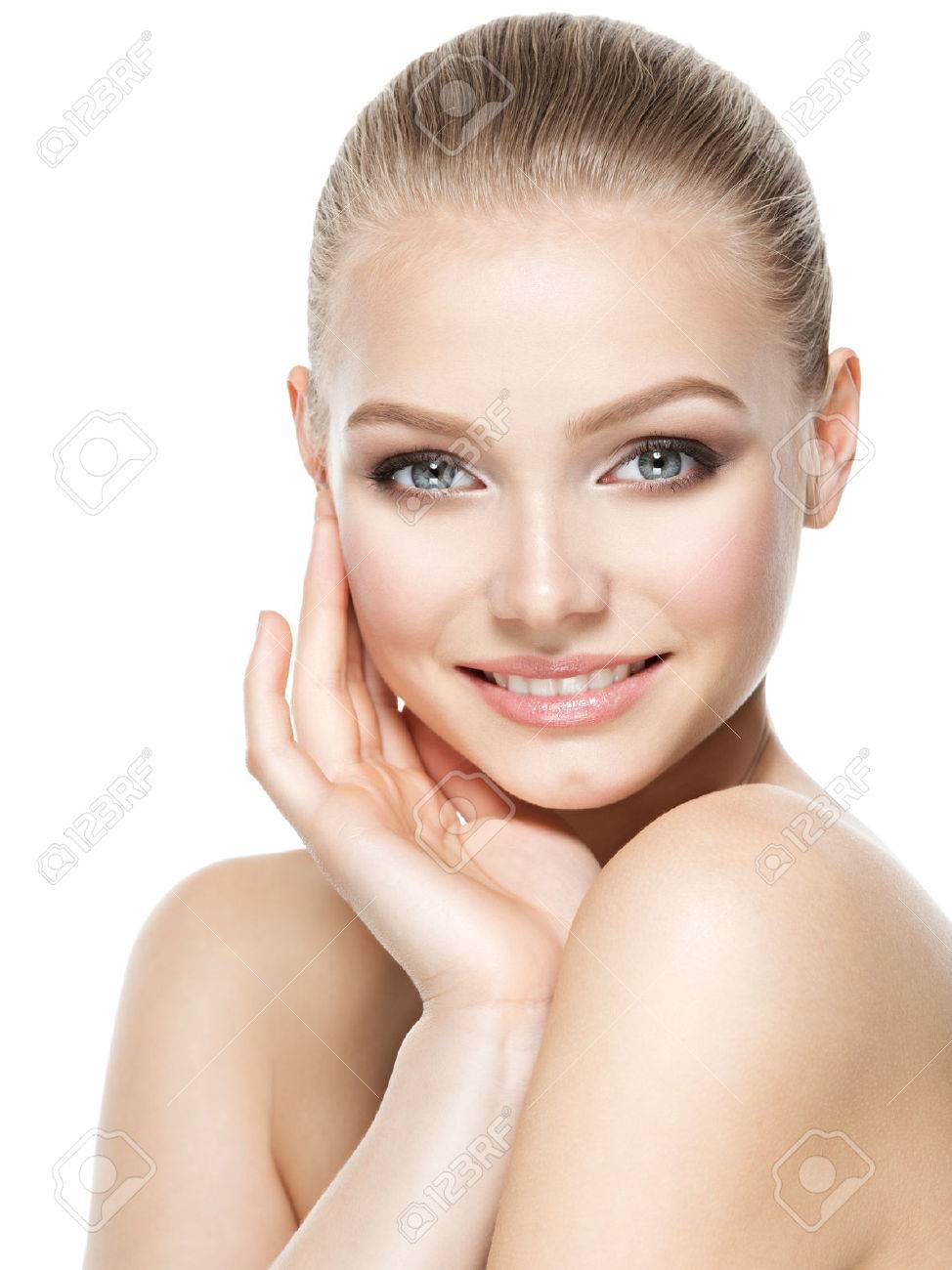 Beau visage de jeune femme souriante avec la peau propre et fraîche - isolé sur blanc Banque d'images - 63393361