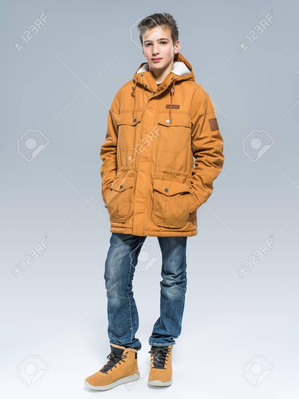 af65fe8fd5147 Adolescente en ropa de invierno - posando sobre fondo blanco. Chico joven  con chaqueta cálida