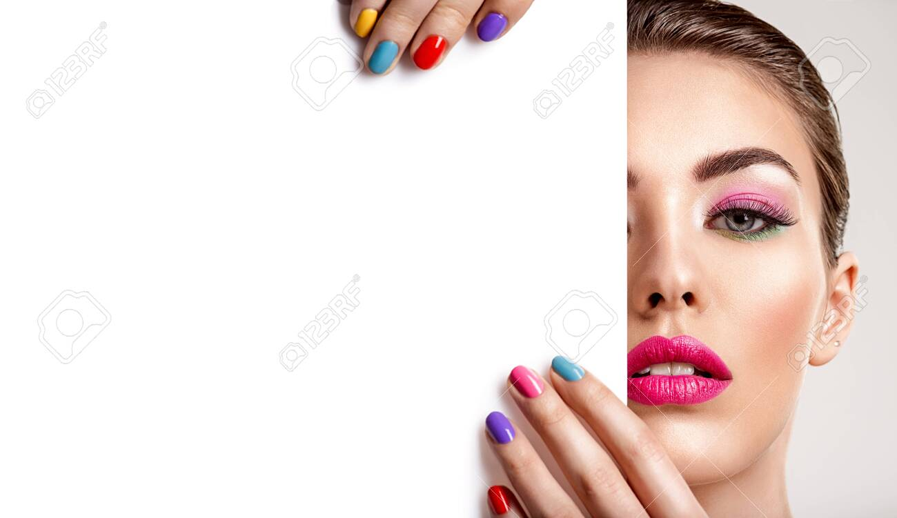 Beautiful woman with a colored manicure holds blank poster. Attractive white girl with empty billboard. Glamour fashion model's holding placard, free space. Fashionable advertisment concept. Art - 122677243