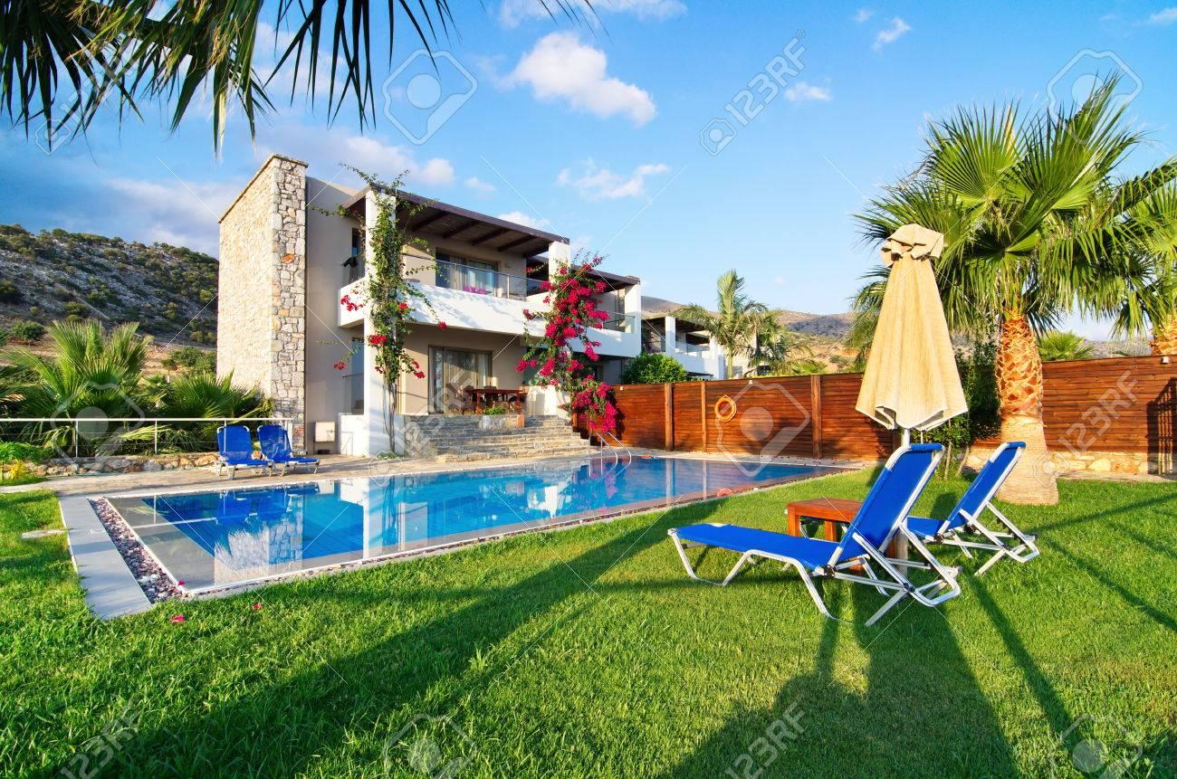Malia, Grecia - 21 De Julio 2014: Villa Con Piscina Privada Y Jardín ...