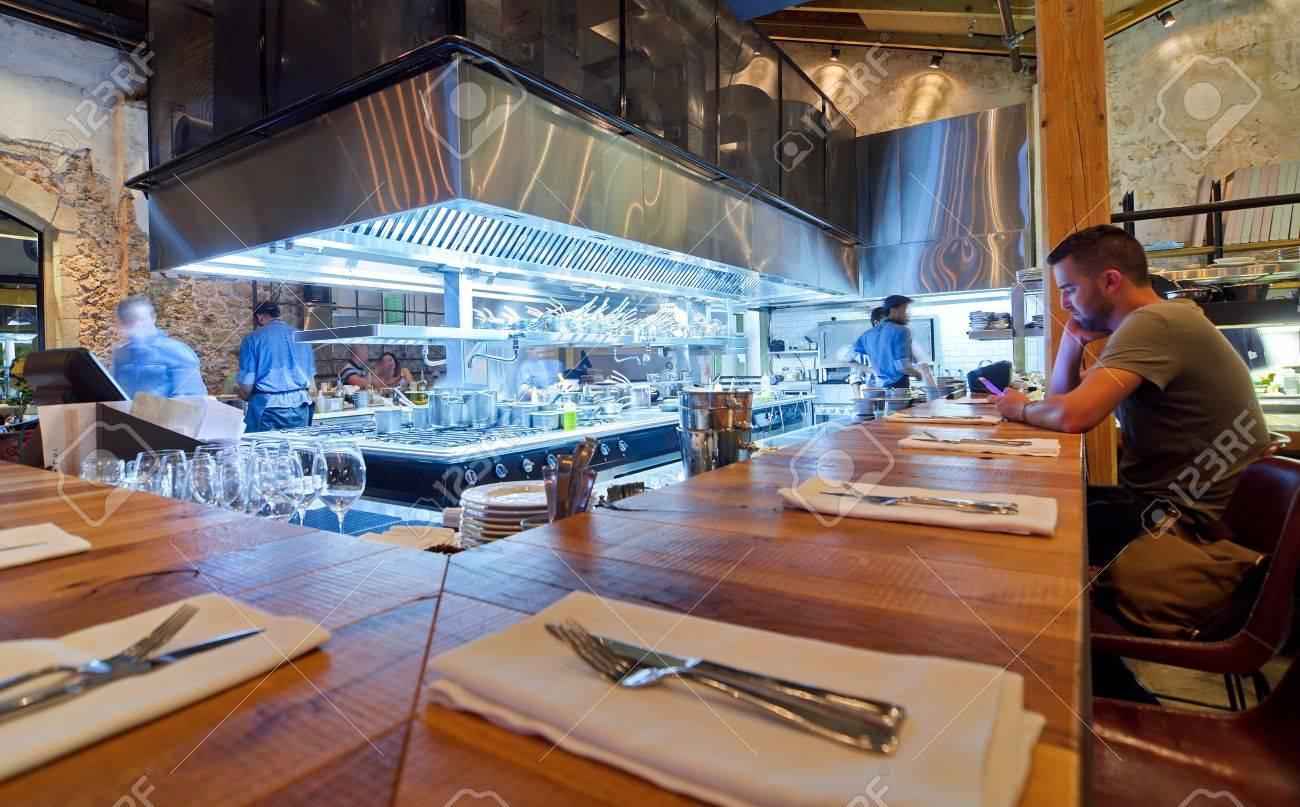 TEL AVIV, 15. August 2014: Chefs Kochen Abendessen In Einem Modernen ...