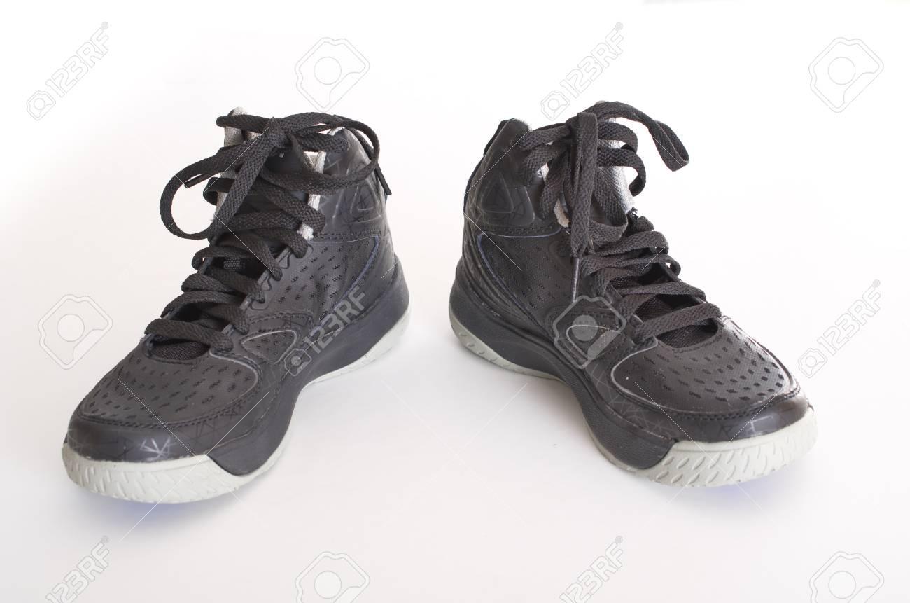 Modernos alto top de cuero negro y malla de baloncesto zapatos para niños, zapatillas de deporte aisladas en blanco