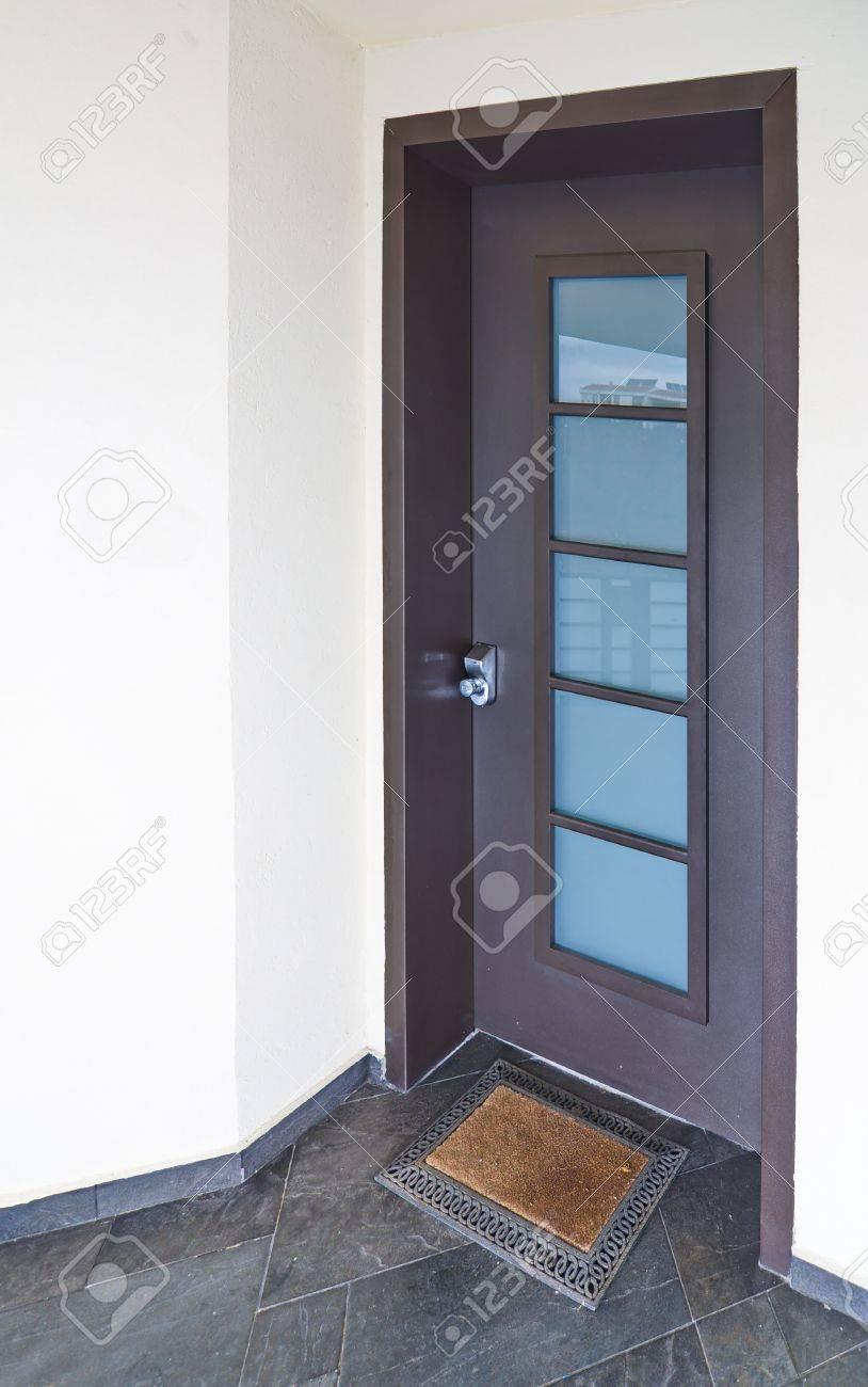 Element D Entrée Moderne porte d'entrée d'une maison méditerranéenne moderne avec des