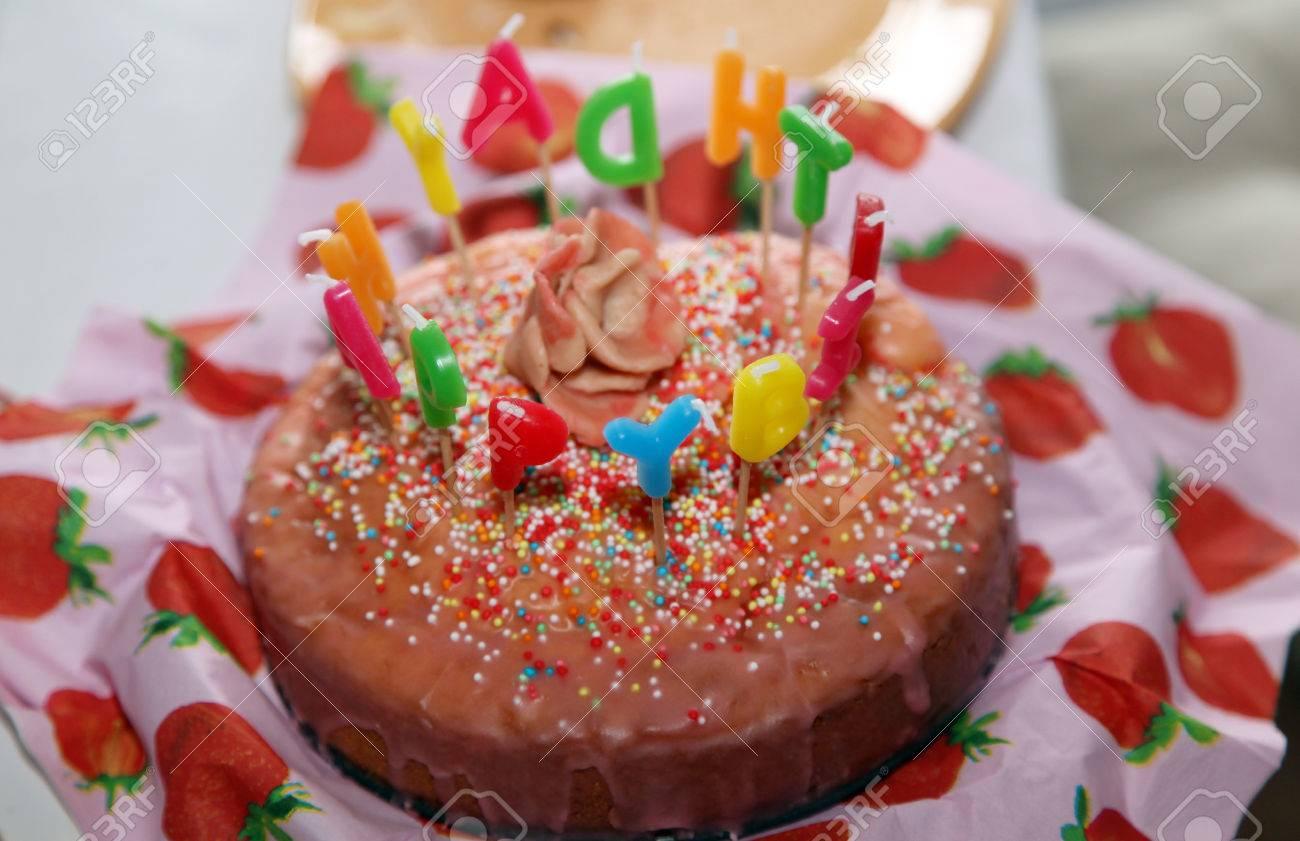 Susse Happy Birthday Cake Mit Kerzen Brief Brennen Lizenzfreie Fotos