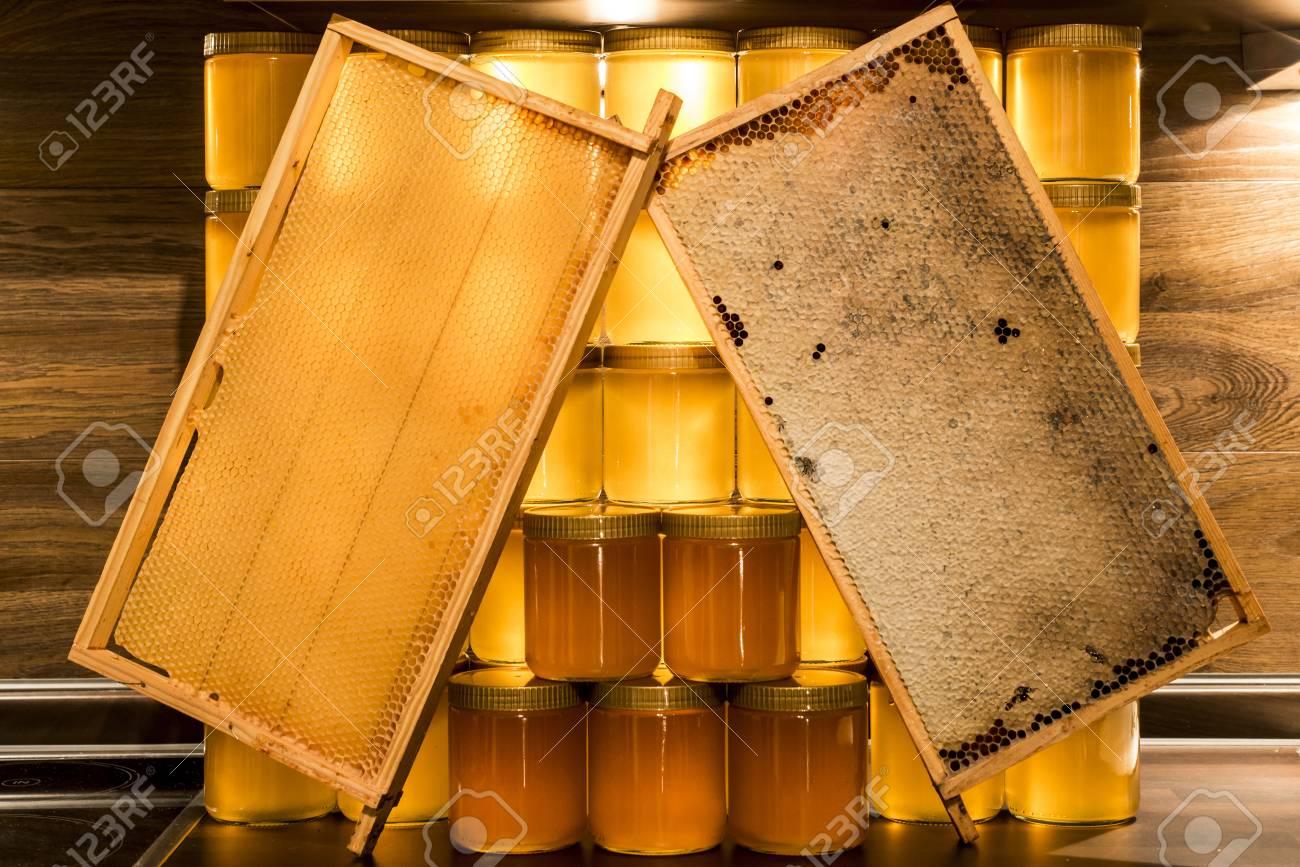 Goldgelb Honig Glas Glas Auf Holzbrett Closeup Copy Space Comp ...
