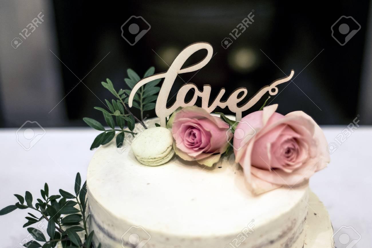 Schone Hochzeitstorte Mit Sahne Mit Text Liebe Oben Und Rosa Blumen