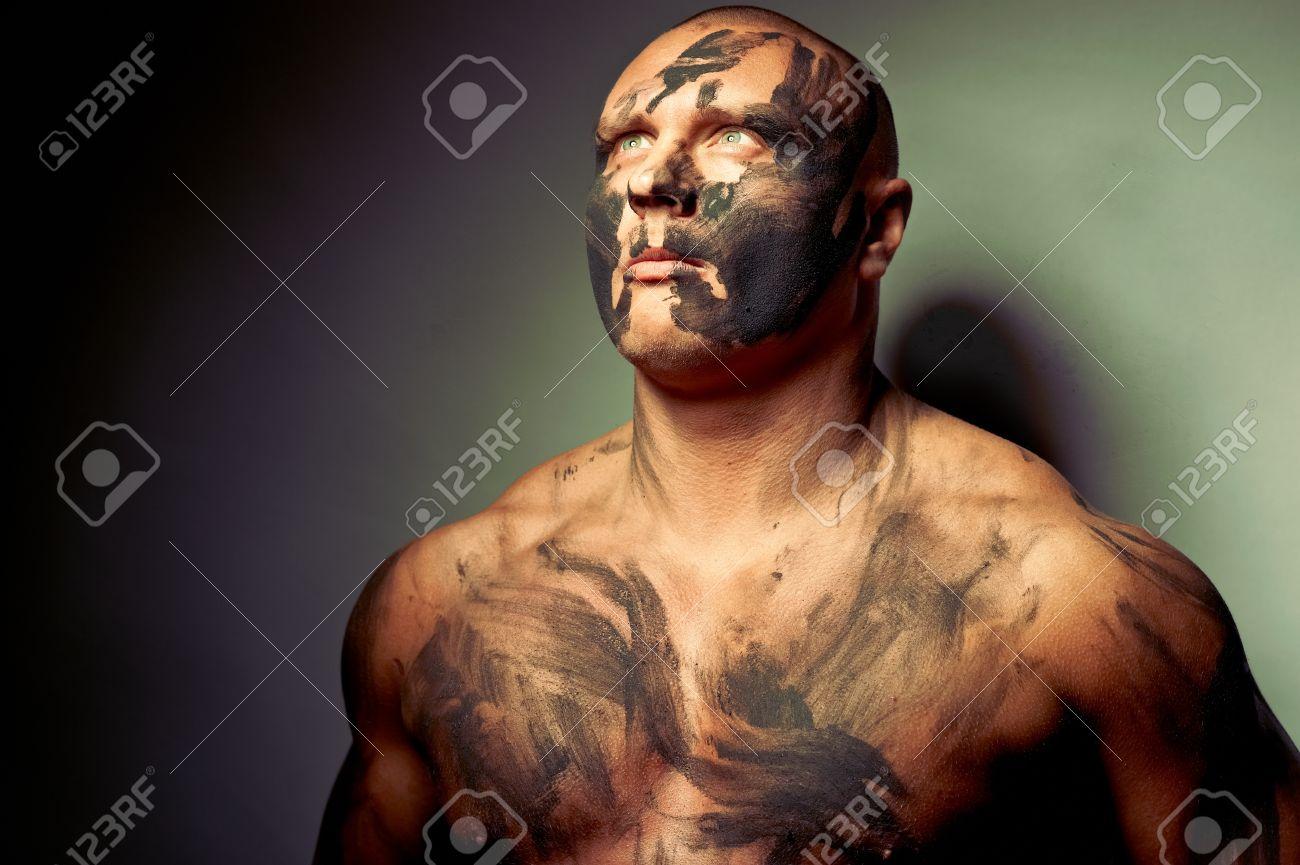 Portrait émotionnel De Chasse Peinture De Guerre Sur Son Visage Et