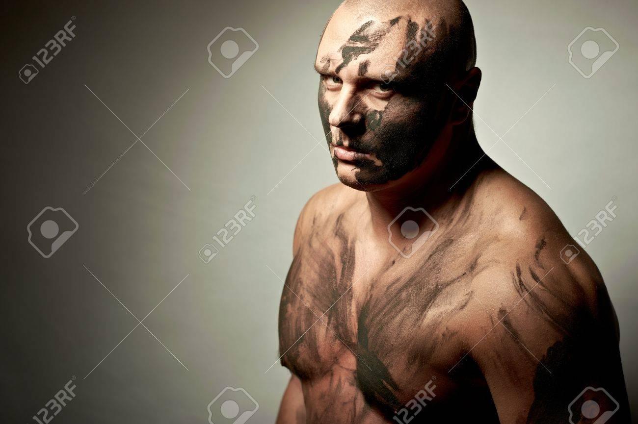 Portrait Emotionnel De Chasse Peinture De Guerre Sur Son Visage Et Le Corps Banque D Images Et Photos Libres De Droits Image 8440169