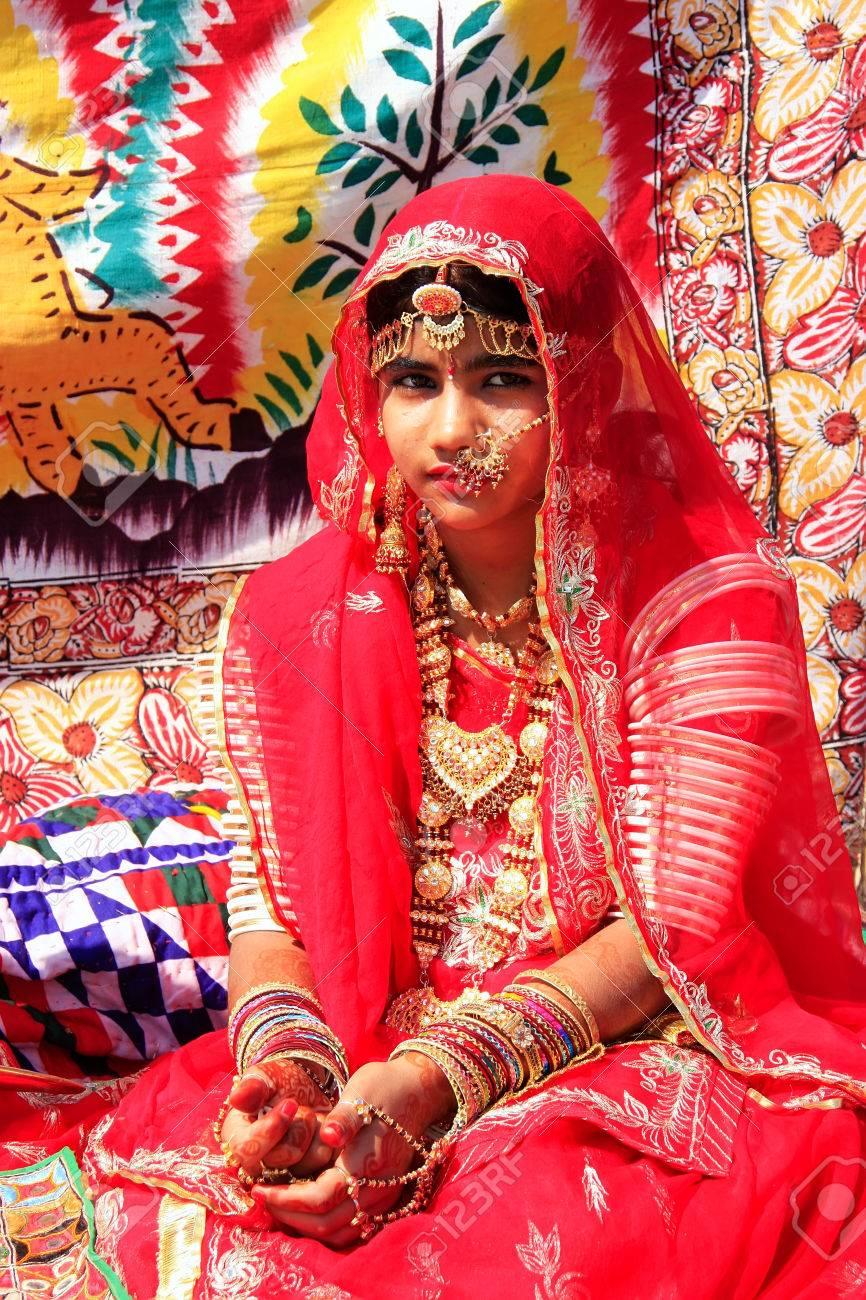 Mädchen In Traditioneller Kleidung Teilnahme An Desert Festival ...
