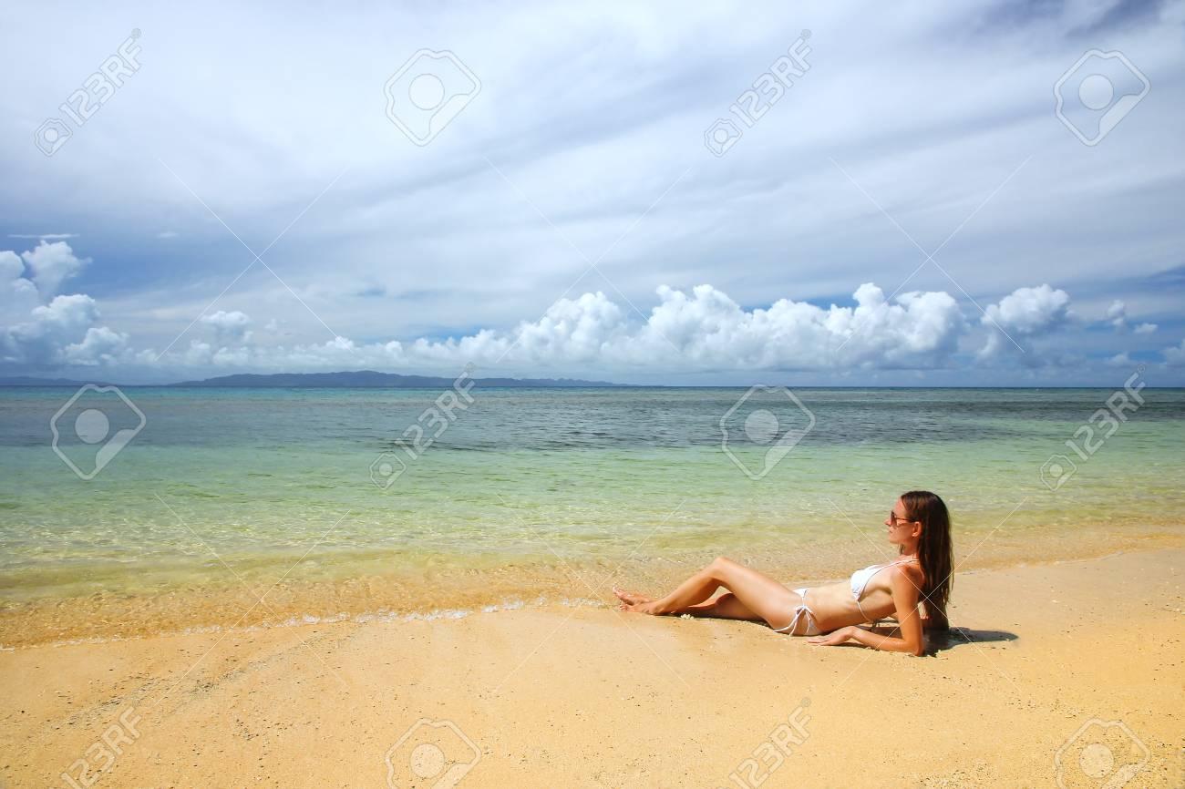 Jeune Femme En Bikini Allongé Sur La Plage Sur L'île De Taveuni ...