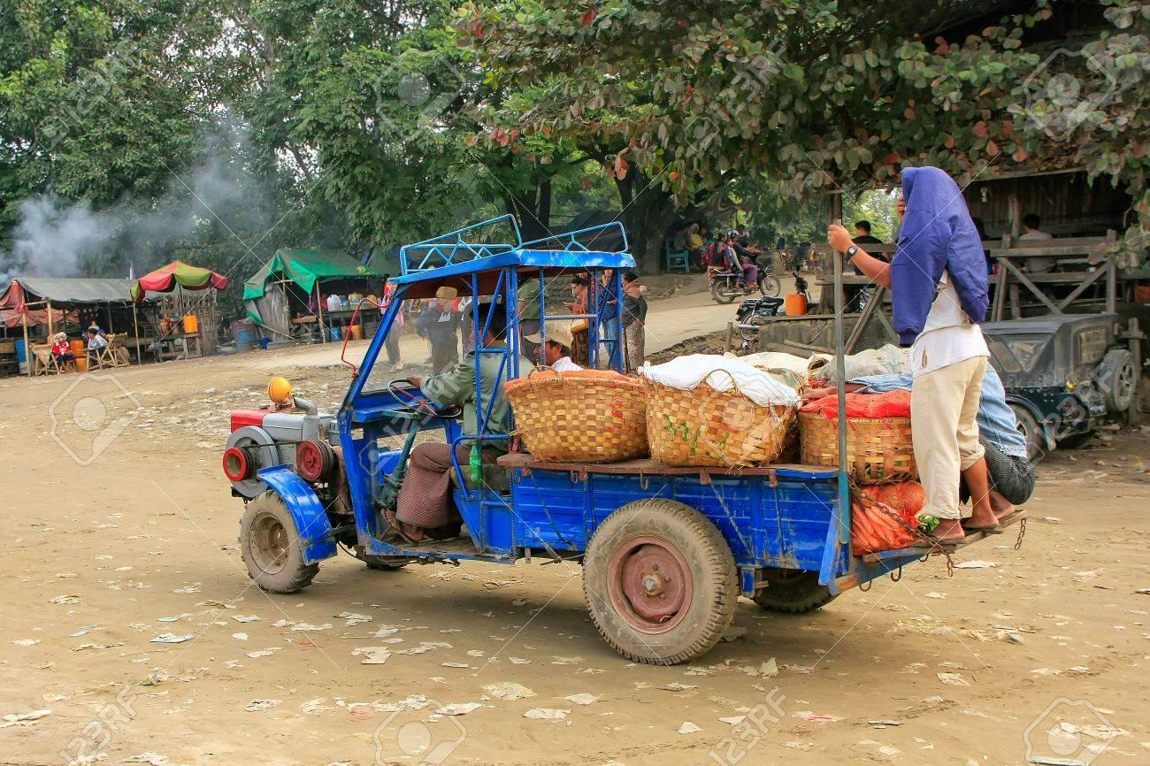 Gente Local Que Monta En Un Camión En El Puerto Fluvial De Ayeyarwady En Mandalay Myanmar Mandalay Es La Segunda Ciudad Más Grande De Myanmar Fotos Retratos Imágenes Y Fotografía De Archivo