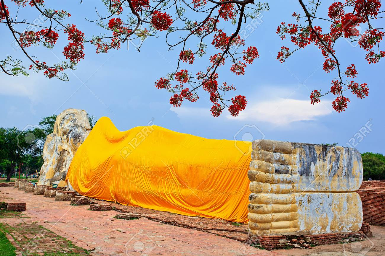 Reclining Buddha and blue sky Stock Photo - 13677593