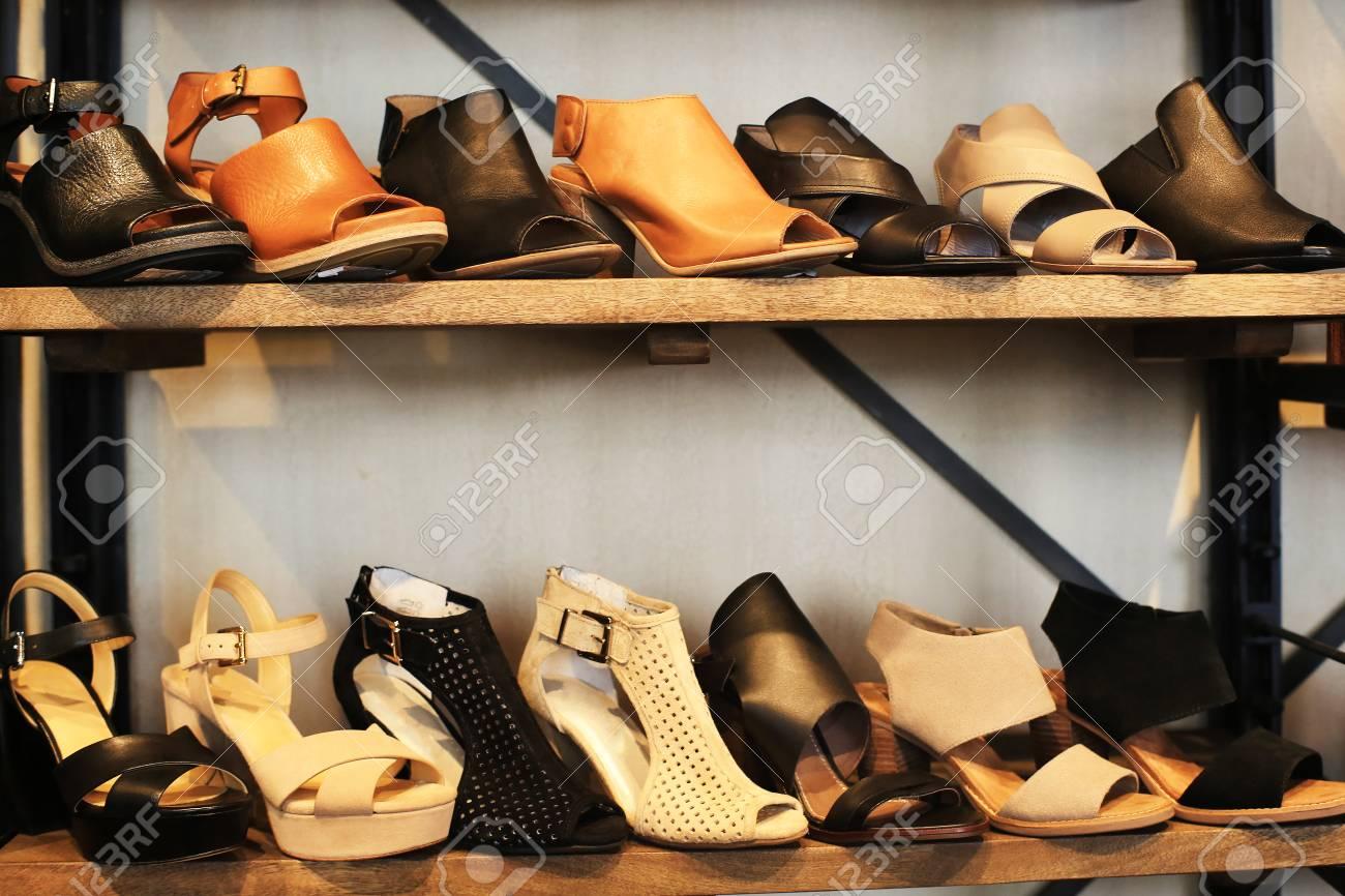 sélection premium 9049f a5296 Chaussures femme sur les étagères dans le magasin