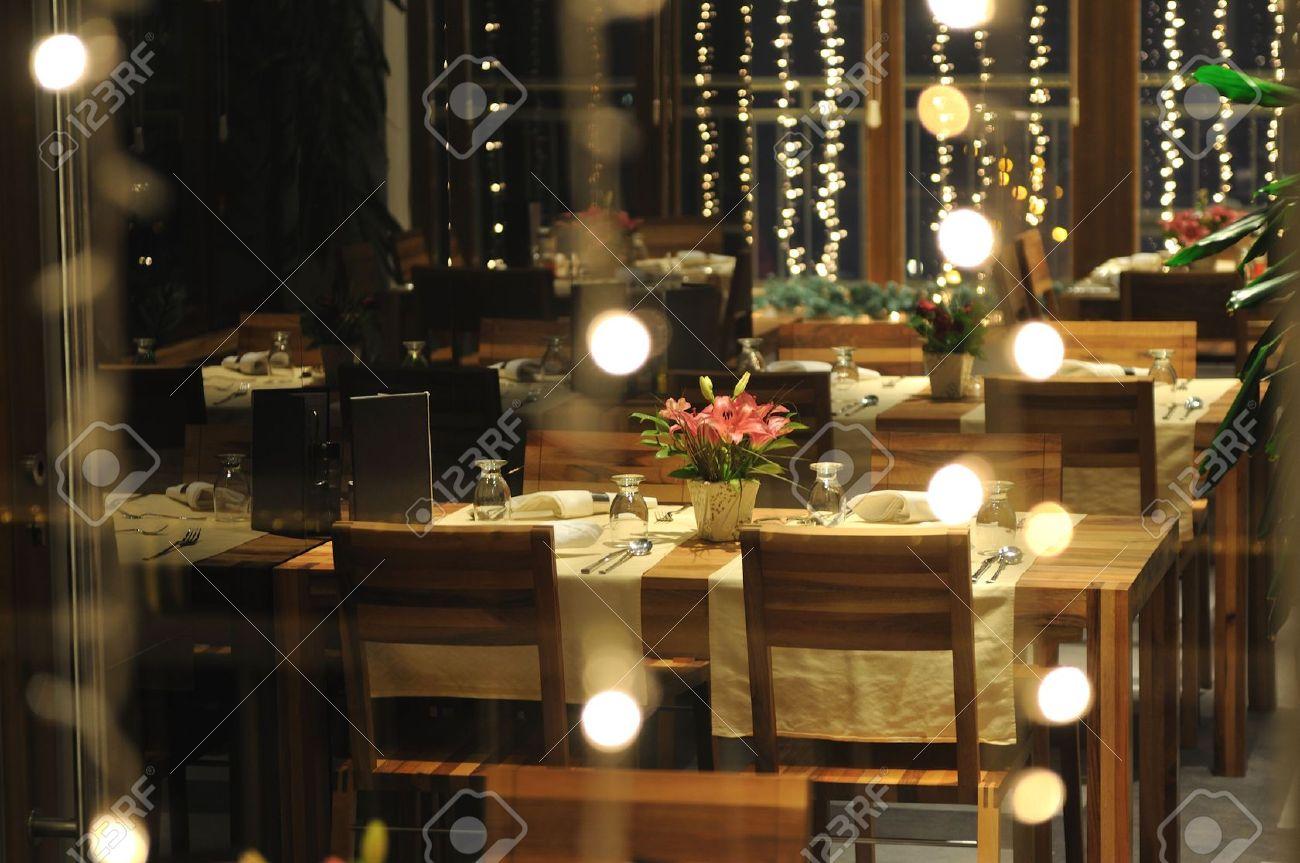 Lusso moderno ristorante interno con tavoli e sedie in legno foto ...
