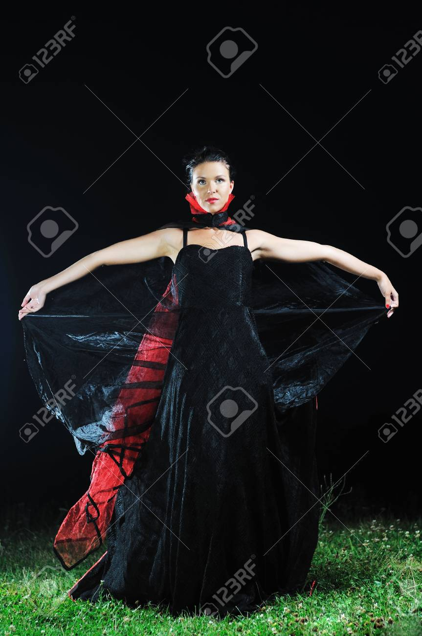 ac9143801b Giovane bella sposa in abito da sposa in nero Dar di notte