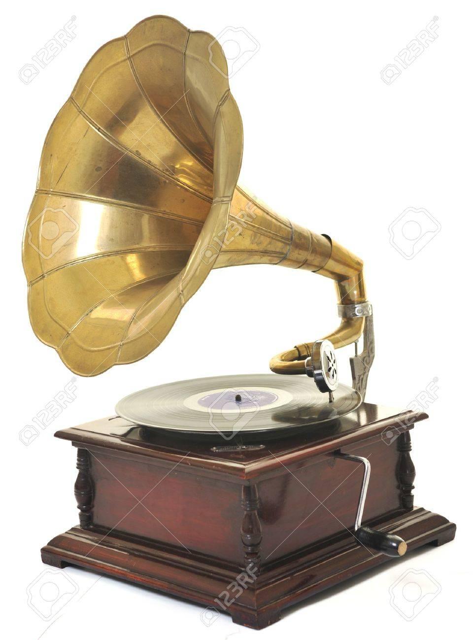https://previews.123rf.com/images/dotshock/dotshock1006/dotshock100600437/7165430-retro-gramophone-ancien-avec-corne-de-haut-parleurs-pour-%C3%A9couter-de-la-musique-sur-plaques-isol%C3%A9es-sur-b.jpg