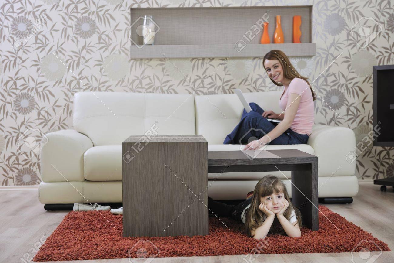 Youg Famiglia Felice Di Relax Nel Soggiorno Moderno A Casa Foto ...