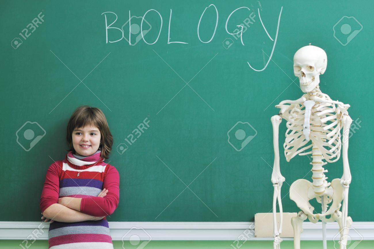 Glückliche Kinder Gruppe In Schule Classrom Notizen Und Biologie Und ...