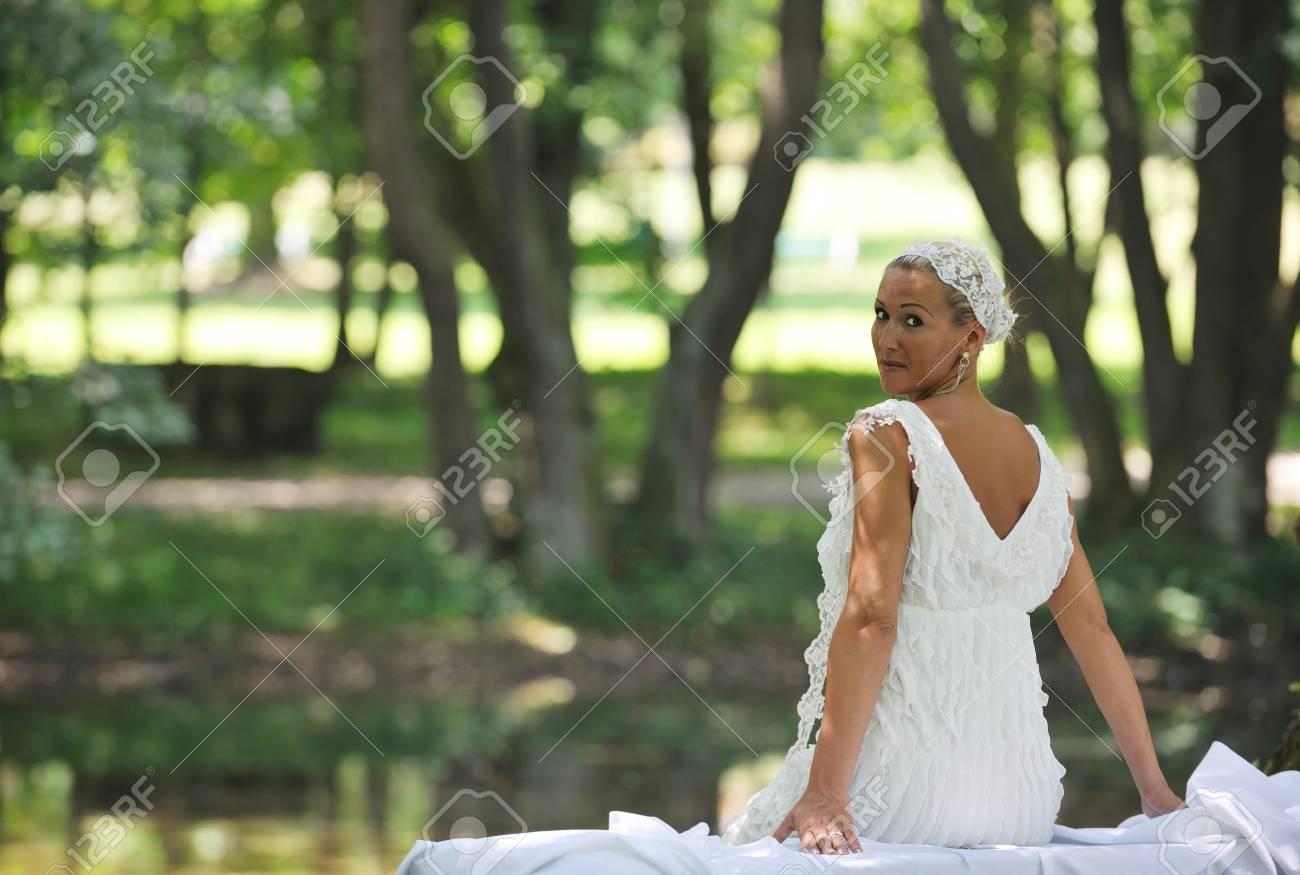 Schöne Braut Frau Menschen In Der Mode Brautkleid Posiert Im Freien ...