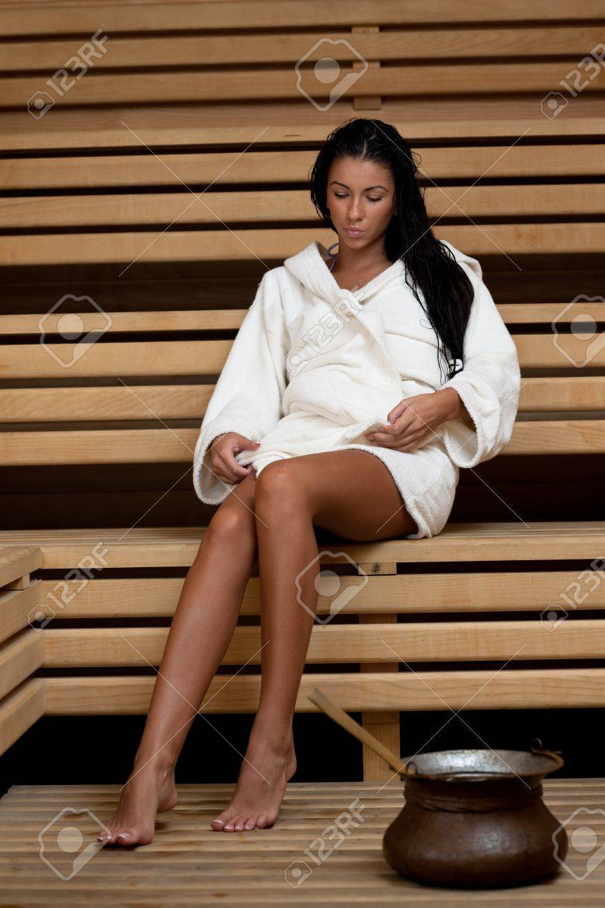 Pretty Woman Vasca Da Bagno.Pretty Woman Giovani Prendono Un Trattamento Bagno Di Vapore In Sauna Finlandese In Legno Indossando Asciugamano Bianco