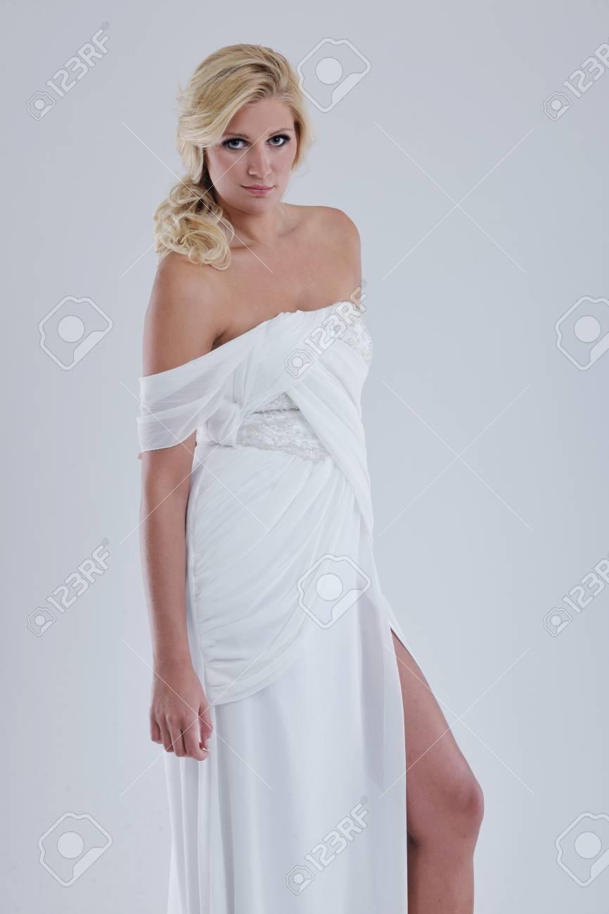 Novia Hermosa Joven Llevaba Vestido De Novia De Estilo De La Moda ...