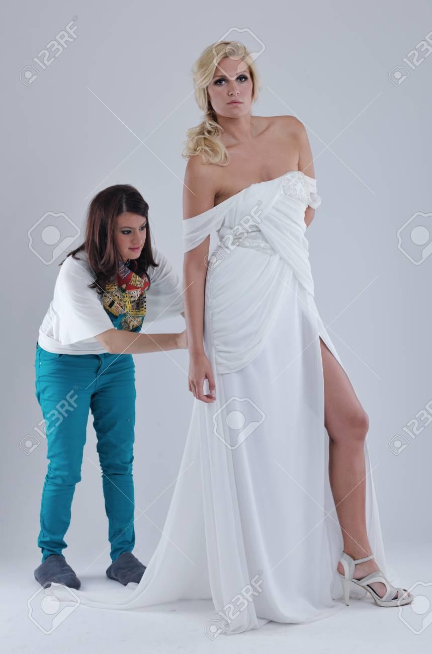 389da95fbcf4e2 Mooie jonge bruid dragen trouwjurk in retro fashion stijl geïsoleerd op  witte achtergrond in de studio