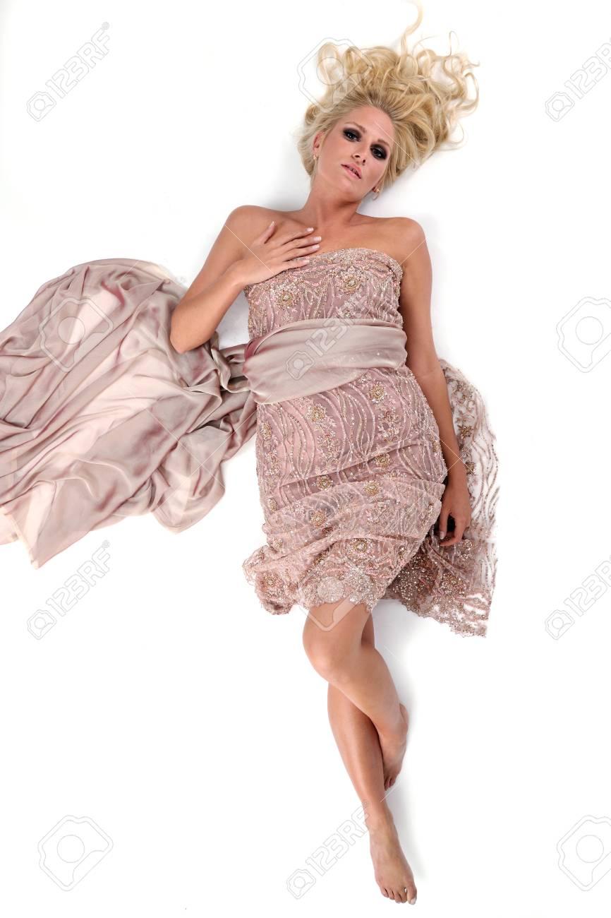 Hermosa Novia Joven Con Vestido De Novia En El Estilo De La Moda ...