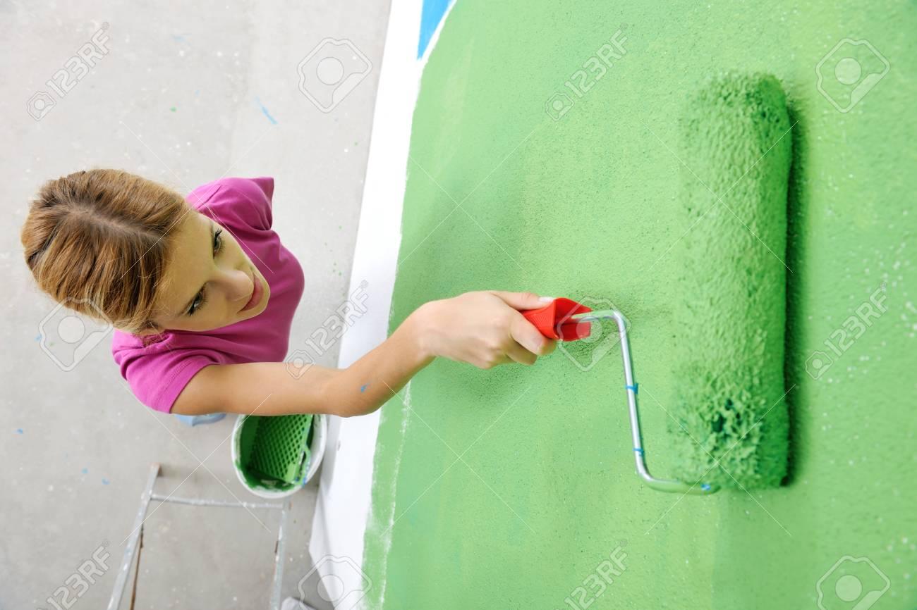 Heureuse Femme Souriante Peinture Mur Intérieur De Couleur Blanche Bleu Et Le Vert De La Nouvelle Maison
