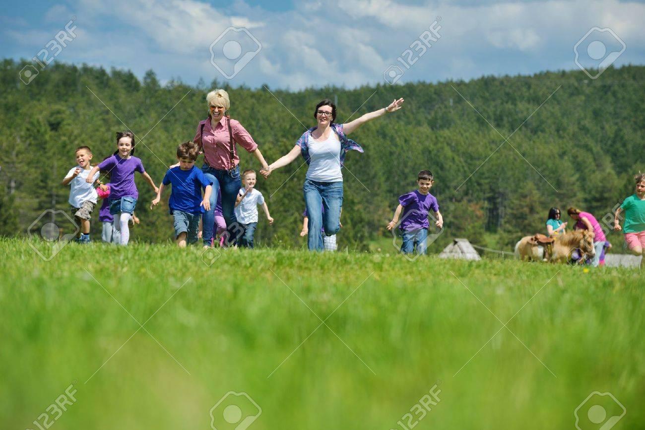 Grupo De Ninos Felices Preescolar Tienen La Diversion Y De Juego En