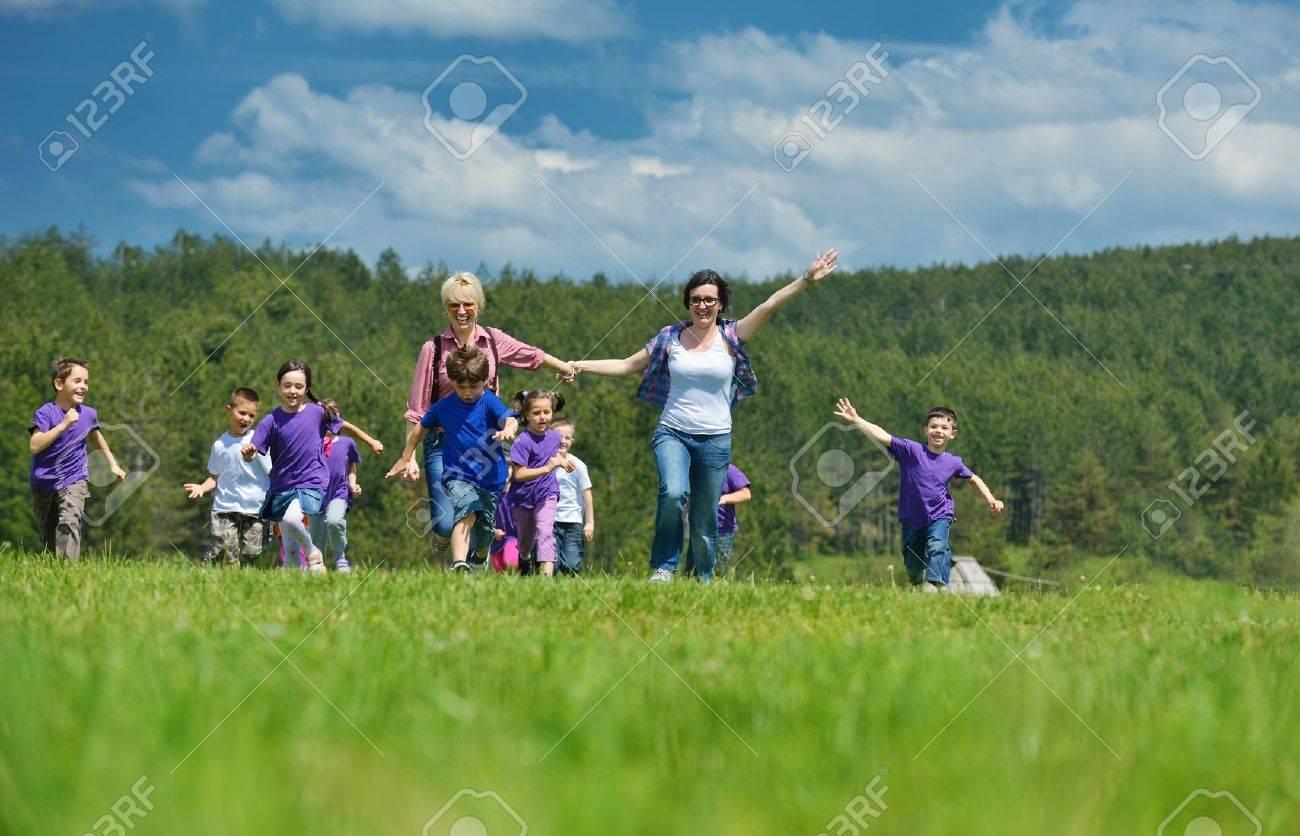 Grupo De Ninos De Preescolar Feliz Divertirse Y De Juego En Las