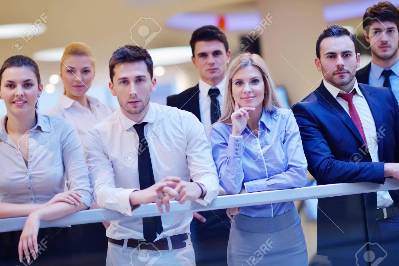 Portrait de l entreprise équipe gens groupe au bureau moderne et