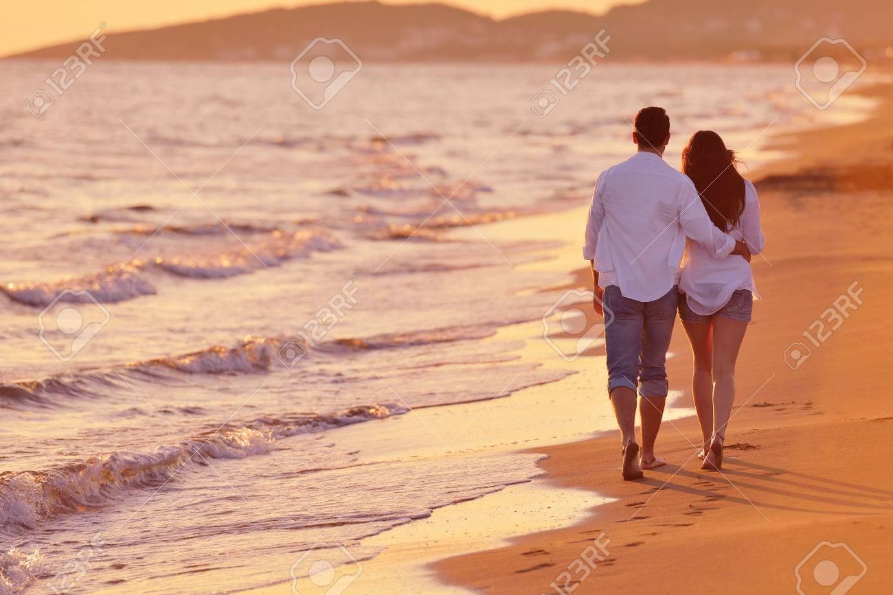Heureux Jeune Couple Romantique Dans Lamour Se Amuser Sur La Belle Plage De Belle Journée Dété