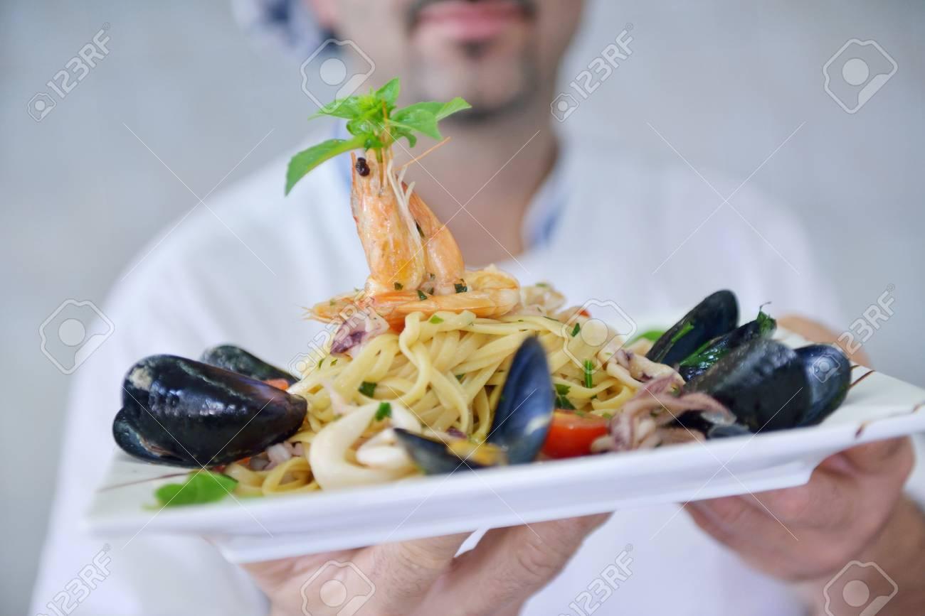 Handsome Chef In Uniforme Bianca Decorazione Insalata Di Pasta E ...