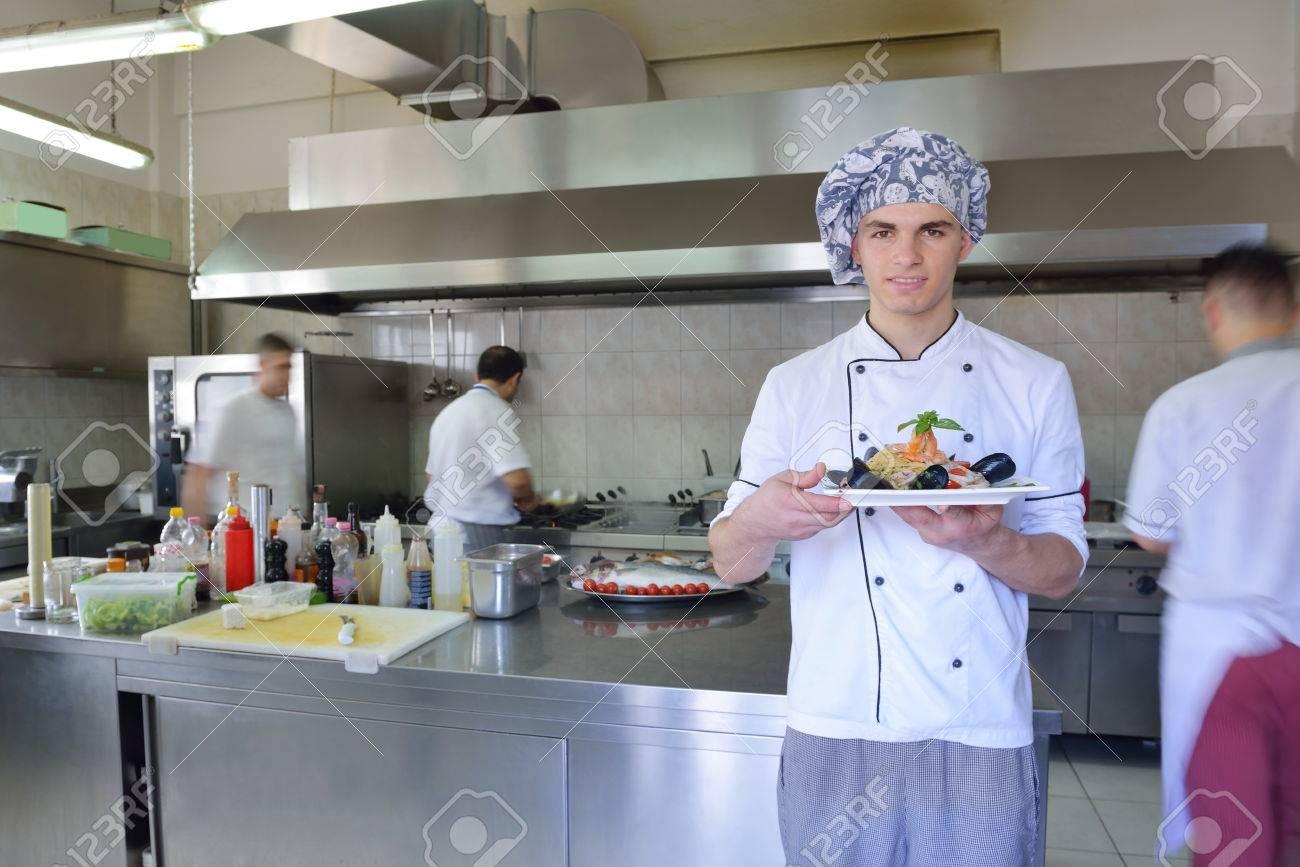 Chef Handsome Habillé En Uniforme Blanc Décoration Salade De Pâtes ...