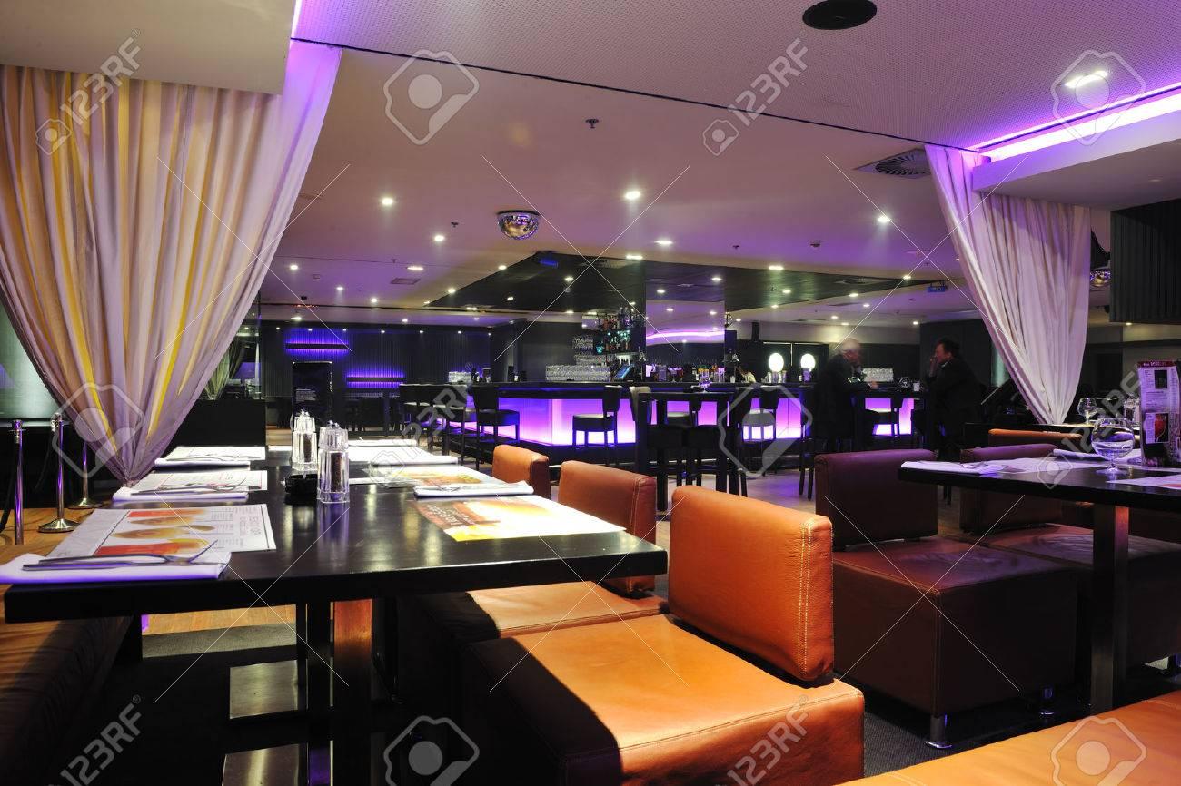https://previews.123rf.com/images/dotshock/dotshock1506/dotshock150600298/42442759-modern-design-club-restaurant-bar-indoors-Stock-Photo-lounge.jpg