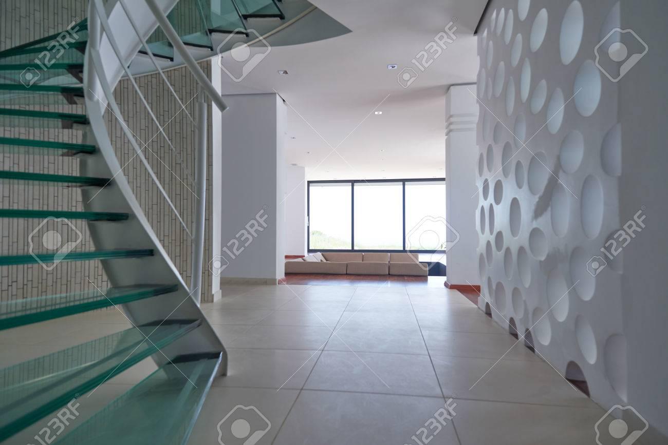 moderna escalera de caracol de cristal con barandillas metlicas foto de archivo