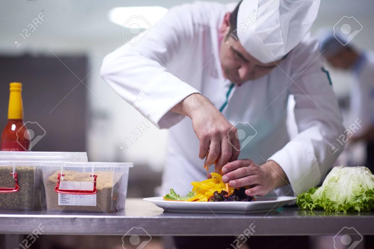 Chef In Der Hotelkuche Bereitet Und Dekorieren Essen Leckeres