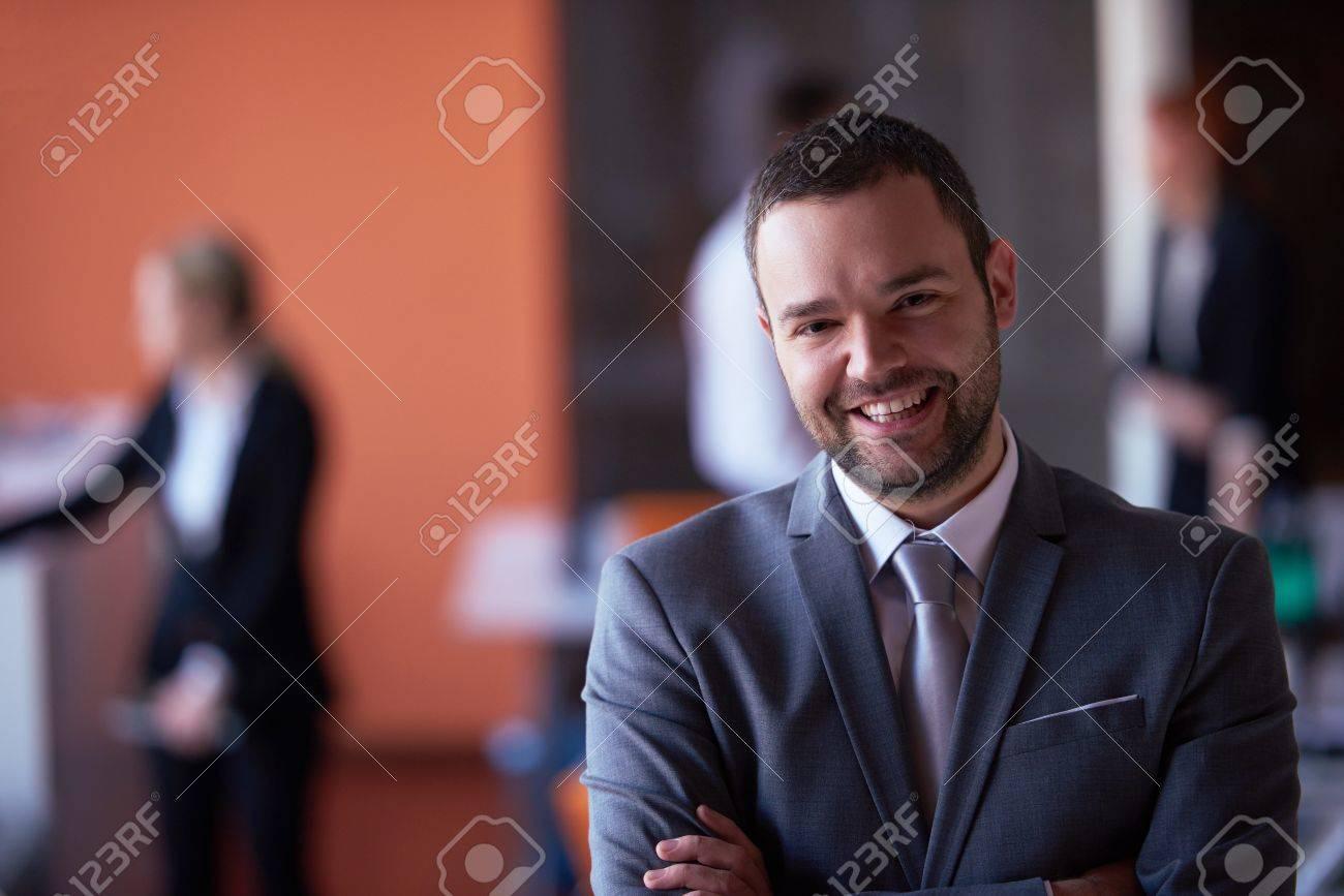 Homme d affaires réfléchie au bureau homme de bureau moderne au