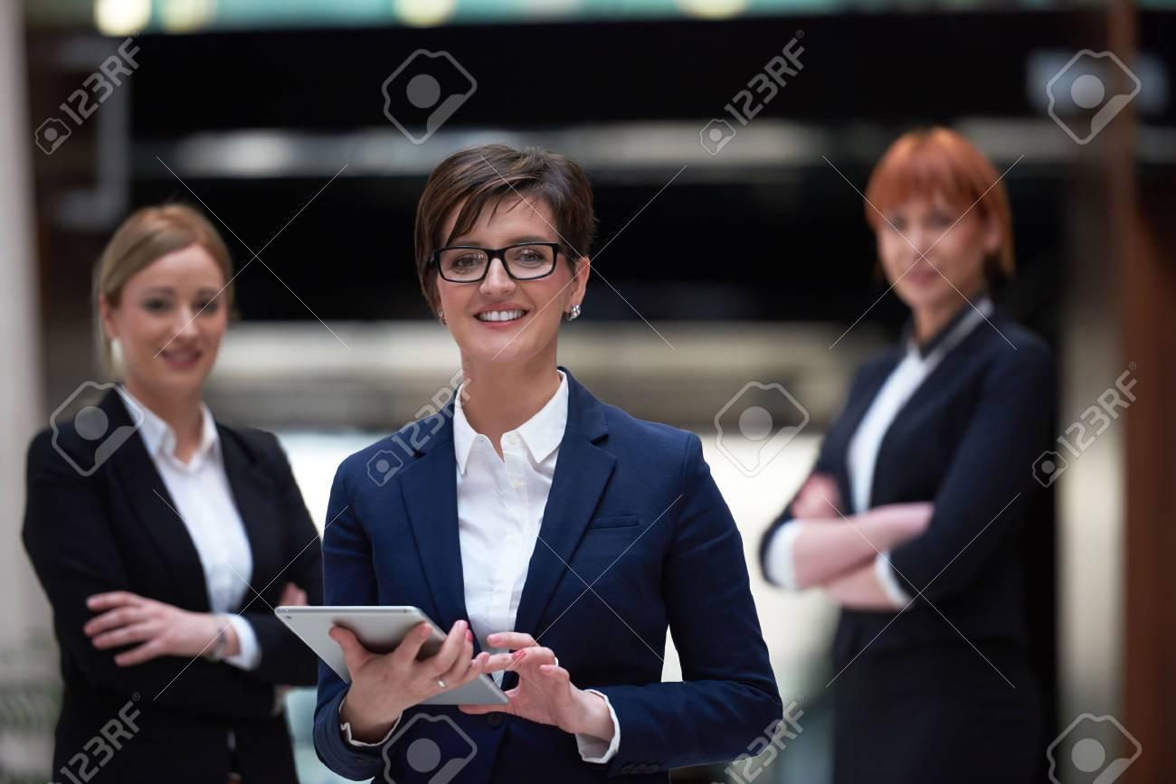Junge Business Frau Gruppe Team Stehen In Modernen Hellen Buro Und