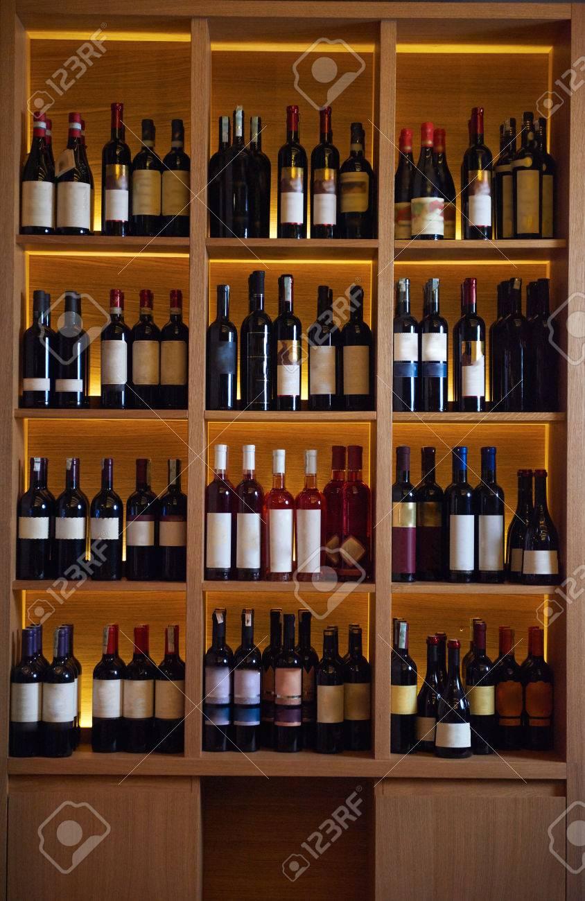 Les Bouteilles De Vin Sur Une étagère En Bois En Intérieur Moderne